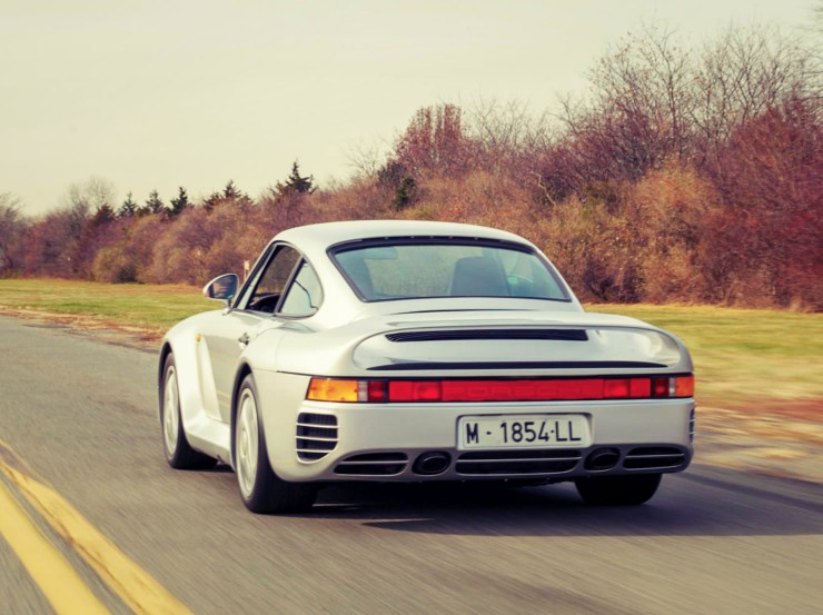 Porsche 959 back driving_Fotor