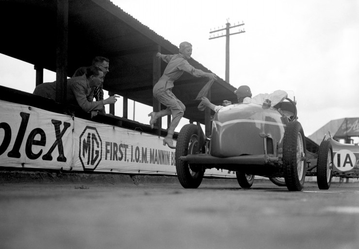 Doreen-Evans-taking-over-the-sash-during-the-Relay-Race-at-Brooklands.-July-19351