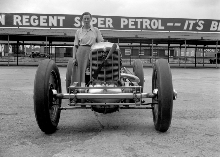 Gwenda-Stewart-1935-and-her-Derby-racing-car-at-Brooklands.-She-took-the-ultimate-Brooklands-Ladies-Outer-Circuit-lap-record-at-135.95-mph