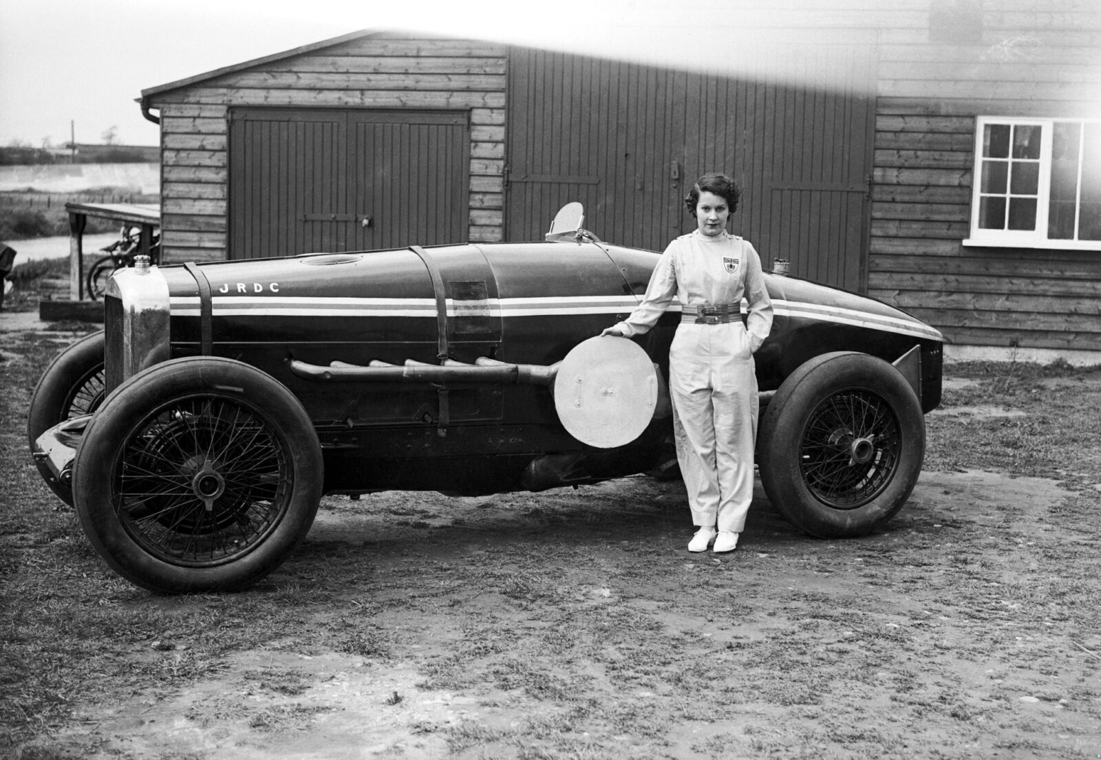 Kay Petre poses with her Delage May 1935 1600x1105 - The Lady Racing Drivers of Brooklands