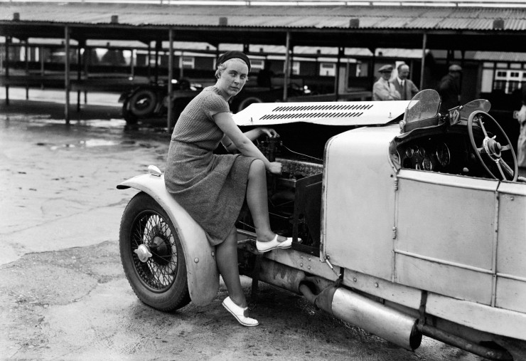 Kitty-Brunell-tunes-up-her-AC-Ace-Sports-engine-1932