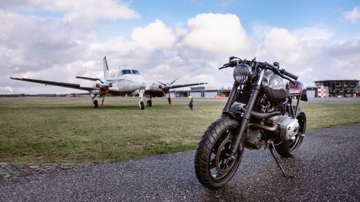bmw r1100s custom motorcycle 1 740x416 - Moto Adonis BMW R1100S
