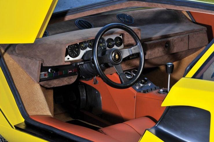 Lamborghini Countach LP400 10 740x493 - 1975 Lamborghini Countach LP400 Periscopio