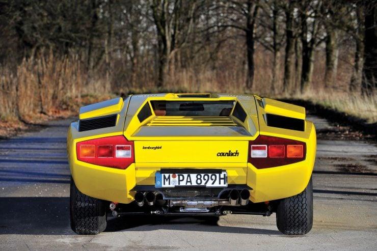Lamborghini Countach LP400 Rear 740x493 - 1975 Lamborghini Countach LP400 Periscopio
