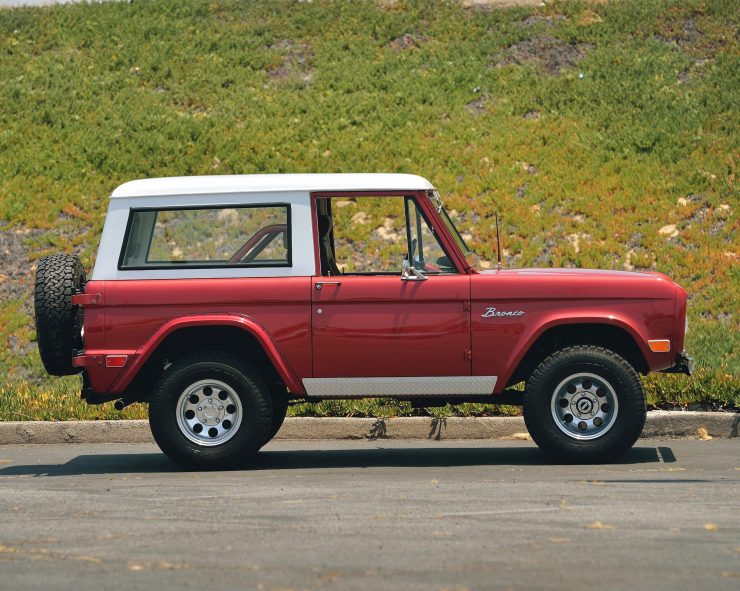 Ford Bronco 4x4 Car 2 740x591 - Restomod: 1968 Ford Bronco 302 V8