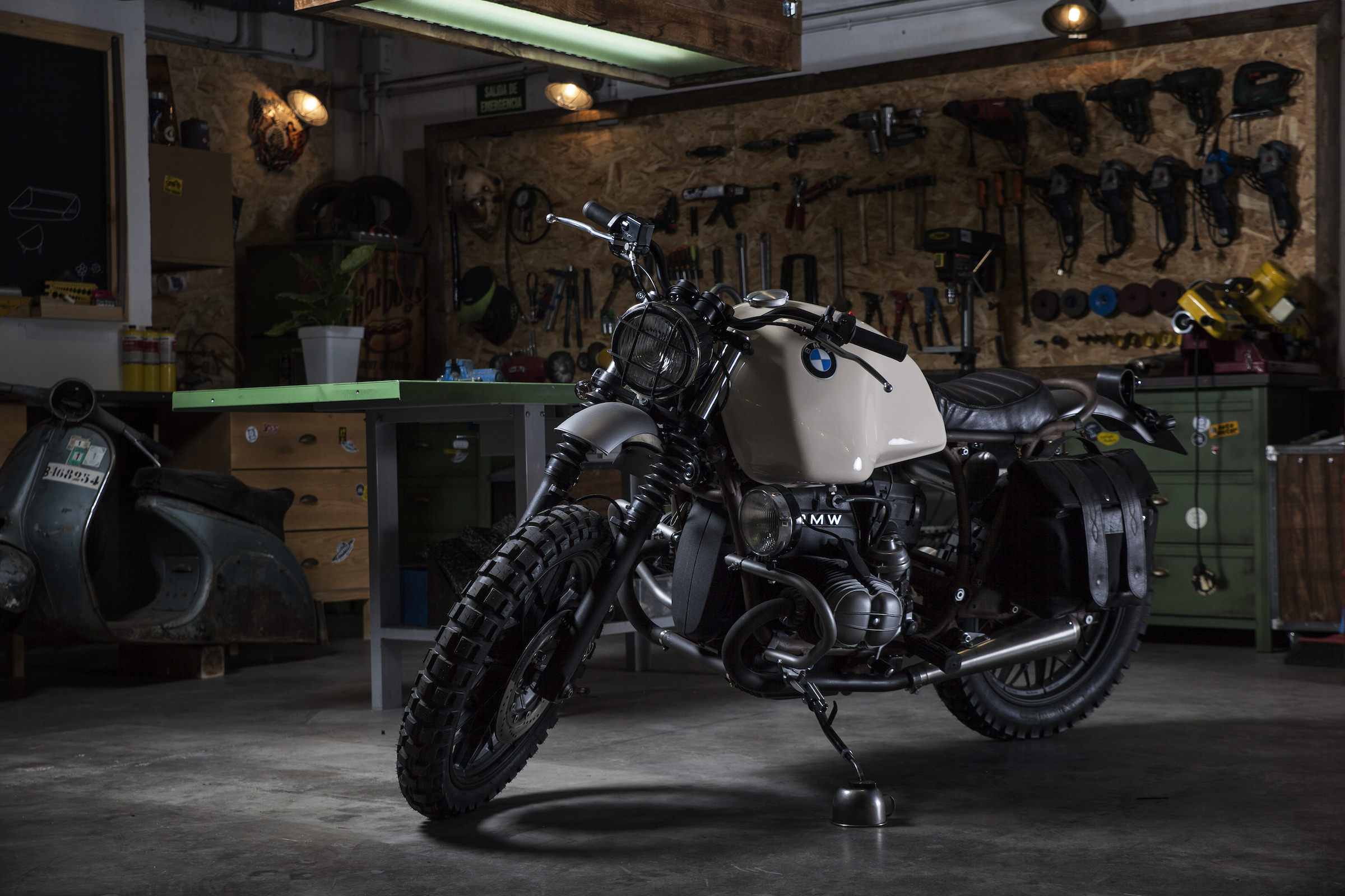 The Ufo Garage Bmw R100 Rs A German Desert Sled