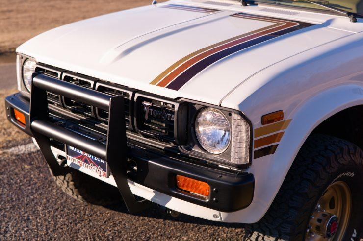 Toyota HiLux SR5 Pickup Truck 11