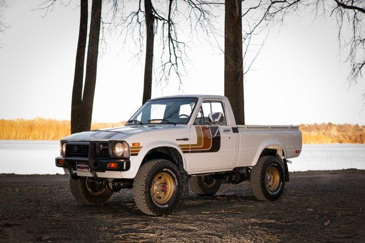 Toyota HiLux SR5 Pickup Truck 3
