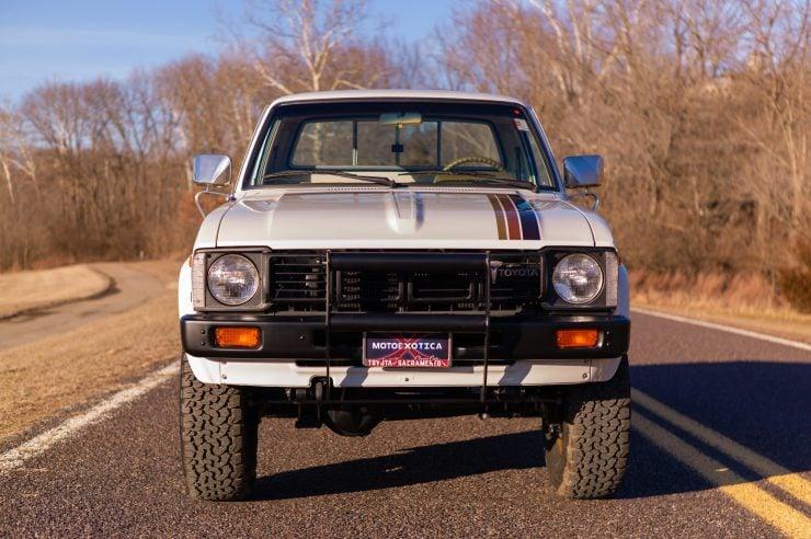 Toyota HiLux SR5 Pickup Truck 4