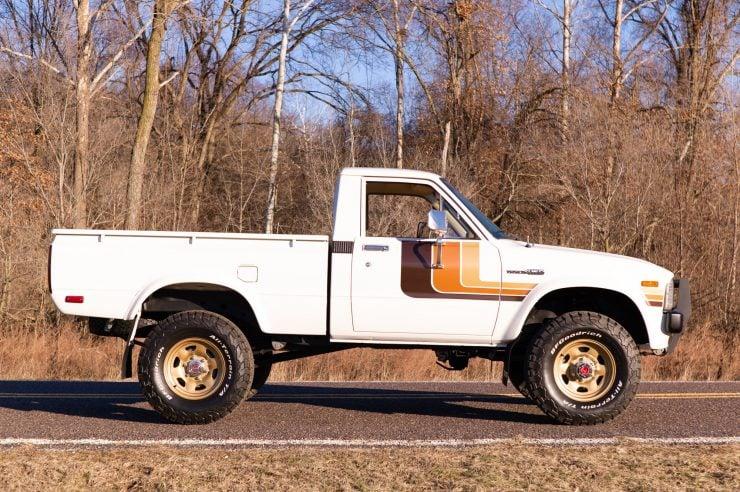 Toyota HiLux SR5 Pickup Truck 6