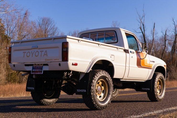 Toyota HiLux SR5 Pickup Truck 7