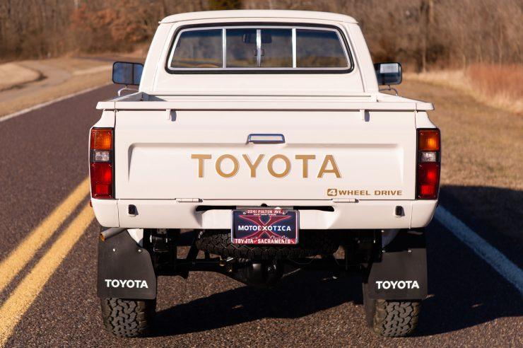 Toyota HiLux SR5 Pickup Truck 8